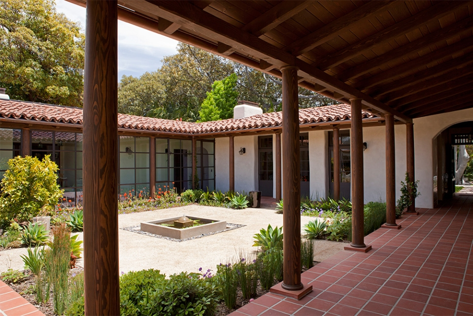 Modern adobe house in california by dutton architects for Homes with courtyards in the middle